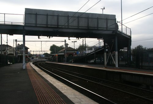Footbridge crossing platforms 3/4 from the down end