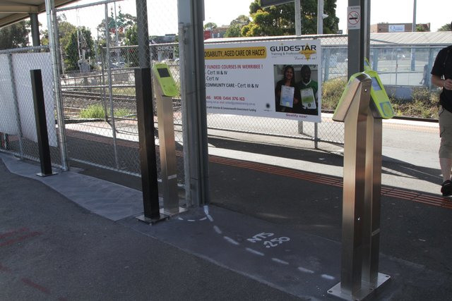 Myki readers at Hoppers Crossing platform 2