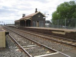 Station building and platform 2 viewed from the down end