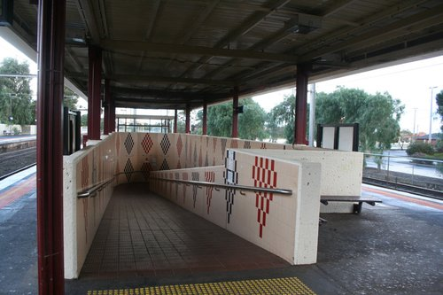 Access ramp to island platforms 1 and 2