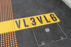 'VL3VL6' 3 and 6 car stopping marks on the up platform