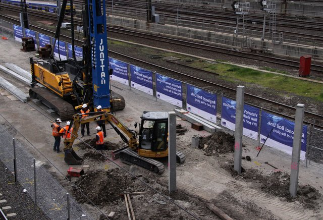 Pile driver at work on the future platform 15/16
